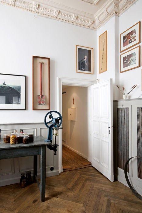 Un dettaglio della stanza relax. Sul tavolo da lavoro vintage, barattoli di vetro contenenti sottaceti e parte dell'eccentrica collezione di Leder