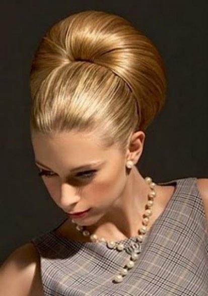 Le acconciature anni 60 cotonate e perfette. Lo chignon alto è l'evergreen per eccellenza, scopri come realizzarlo >> http://www.youglamour.it/chignon-alto-nuovo-trend-autunno-2011/