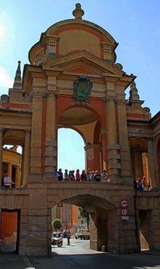 Bologna, l'Arco del Meloncello Qui inizia il portico che arriva alla Basilica di San Luca sul Colle della Guardia