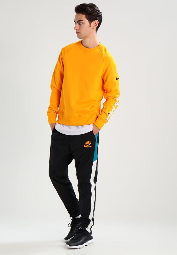 ¡Consigue este tipo de chándal de Nike Sportswear ahora! Haz clic para ver los detalles. Envíos gratis a toda España. Nike Sportswear ARCHIVE Pantalón de deporte black/blustery/sail/circuit orange: Nike Sportswear ARCHIVE Pantalón de deporte black/blustery/sail/circuit orange Ropa   | Material exterior: 100% nylon | Ropa ¡Haz tu pedido   y disfruta de gastos de enví-o gratuitos! (chándal, tracksuit, sweatpants, track, sweatpant, sweat pant, chandals, chándals, comfort fit, chandal, ...