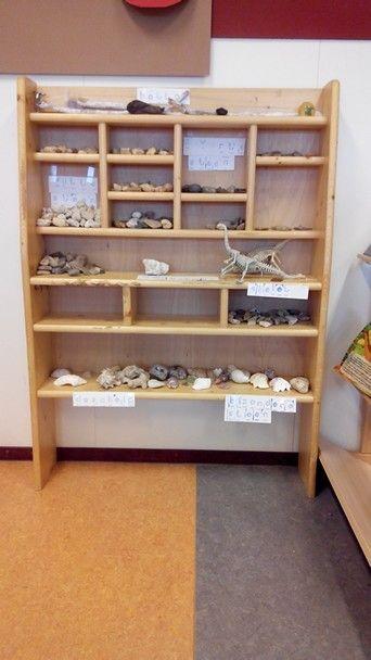 Archeologische vondsten in het museum. Opgegraven in de zandbak. Gesorteerd op kleur e.d.