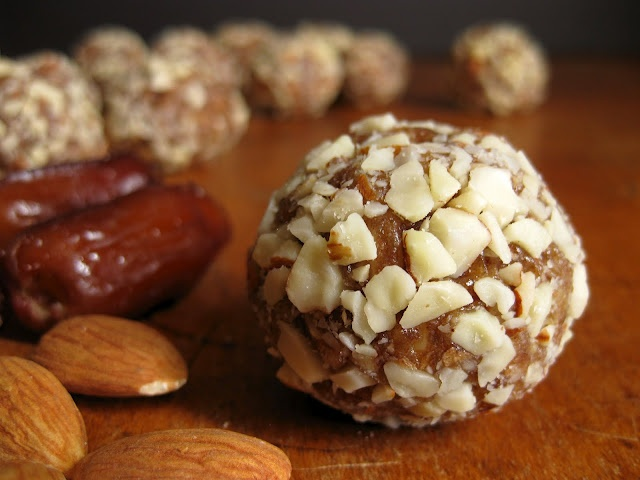 almond, honey and date bites----power bites to open Iftar with for that needed energy during taraweeh!