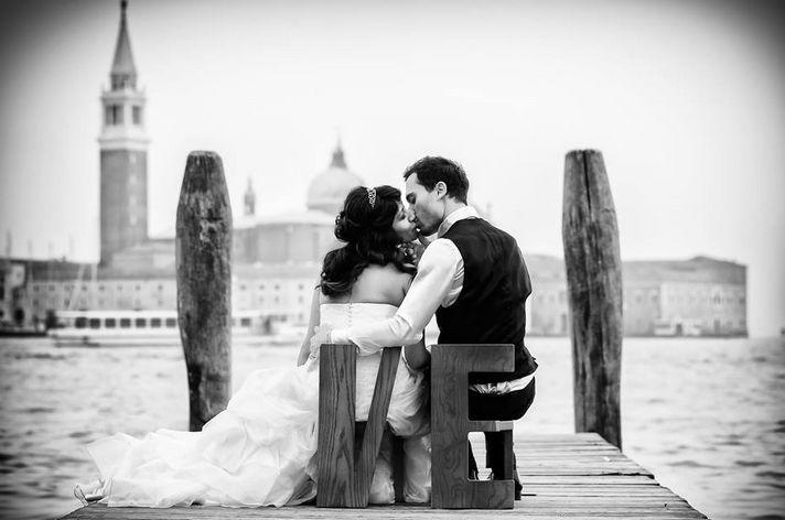 """""""E ora lo sposo può baciare la sposa"""": una manciata di parole in grado di sciogliere la tensione della cerimonia, scatenare i flash dei fotografi, strappare una lacrimuccia alla madre ed alla suocera... Del resto, cosa c'è di più romantico di un bacio? Per questo oggi, dopo avervi proposto gli scatti in bianco e neri più belli, abbiamo pensato ad una Photogallery che riunisca i baci più emozionanti, divertenti ed originali, grazie agli obiettivi di alcuni dei migliori fotografi di nozze, che…"""