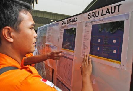 31日、インドネシア・スラバヤの空港で、機体の残骸などが見つかった海域の地図を調べる救難隊員(AP=共同) ▼31Dec2014共同通信 客室乗務員?ら6遺体収容 エアアジア機、捜索続く http://www.47news.jp/CN/201412/CN2014123101000824.html