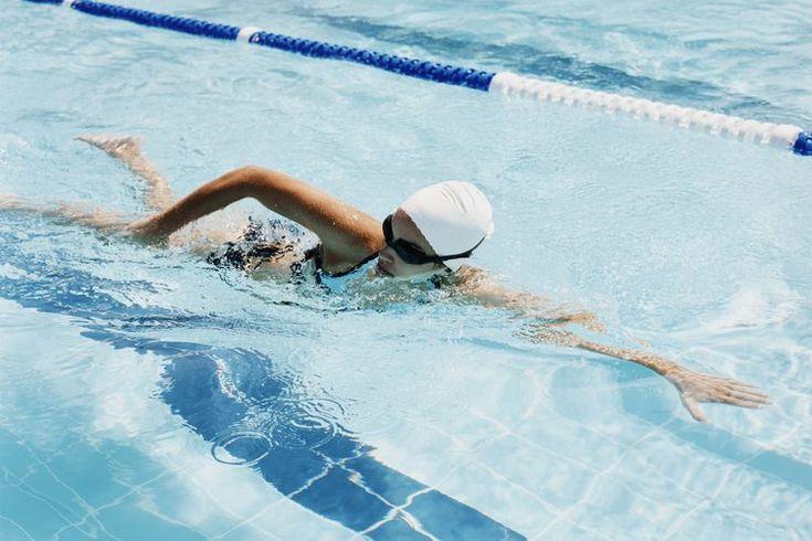 Cómo evitar que la gorra de natación te arranque el cabello. Las gorras de natación pueden ayudarte a mantener tu cabello seco y a protegerlo del agua mientras nadas, pero en ocasiones puede ser difícil colocarte una sin que te arranque o te jale el cabello. Muchas gorras de natación están hechas ...