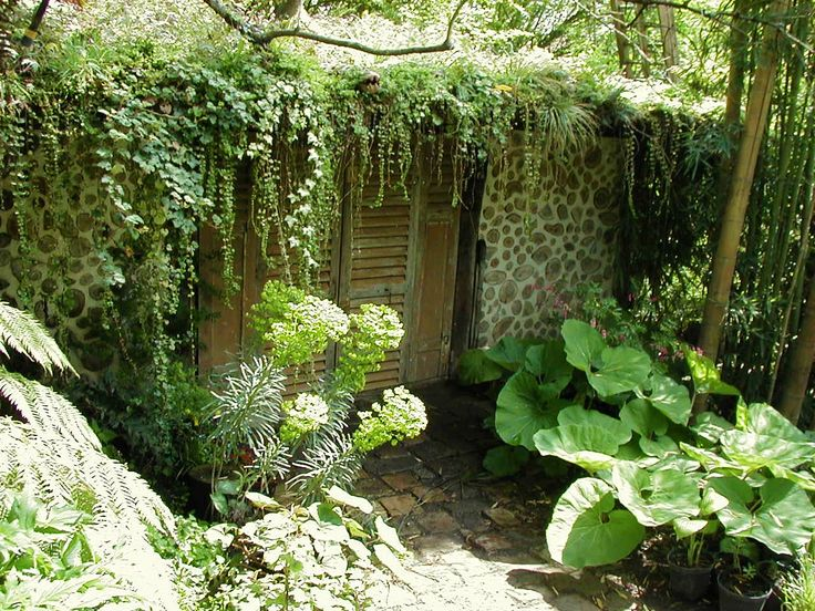 Cabane et toit végétal à Montmorency (Val d'Oise - France). Photo et création Taffin