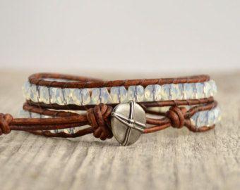 Aardse gerolde armband. Rustieke sieraden. Kompas knop Leer
