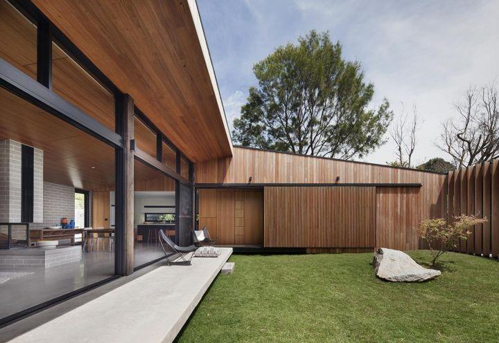 Hover House è una villetta unifamiliare situata pochi metri dall'Oceano e dalla spiaggia di Mount Martha, in Australia. Gli spazi abitativi ruotano attorno a una corte-giardino