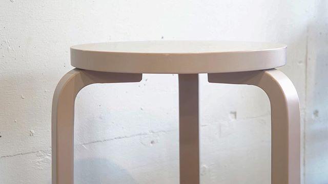 stool60's charm point  #アルテック #スツール60 #アルヴァアアルト #スツール #北欧家具 #北欧デザイン #北欧 #フィンランド #家具 #インテリア #チャームポイント #デザイン #暮らし #グレー #杉並区 #阿佐ヶ谷 #古一  スツール60のチャームポイントそれはLレッグ アルヴァアアルトが開発した曲木の技法です 木材の強度が増し特徴的でモダンなフォルムに  #artek #stool60 #alvaraalto #stool #furniture #finland #scandinavia #scandinaviandesign #gray #midcentury #midcenturymodern #interiordesign #design  古一 阿佐ヶ谷店 TEL 03-5356-7362 Address 166-0001 東京都杉並区阿佐ヶ谷北1-28-8 芙蓉コーポ103 古一では無料の出張見積を行っております 杉並区世田谷区目黒区武蔵野市新宿区等の東京近郊に無料にてお見積もりにお伺いします…