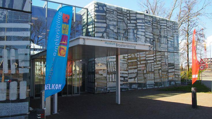 De entree van Museum Broekerveiling: op de gevel zijn foto's van het Rijk der duizend eilanden verwerkt.