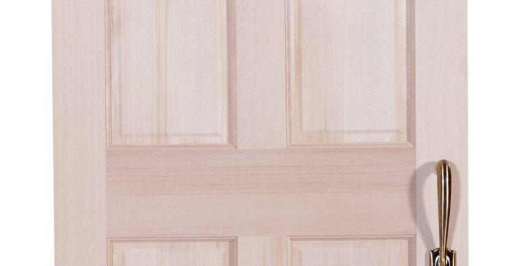 Cómo dar a una puerta un efecto envejecido. Las verdaderas antigüedades pueden añadir encanto y belleza a tu hogar, pero pueden ser muy costosas. Una alternativa es dar un acabado envejecido a tus muebles y accesorios para que coincidan con tu decoración. Hay muchas maneras de hacer que una puerta tenga este aspecto. Una de estas formas es aplicando un esmalte efecto envejecido sobre una ...
