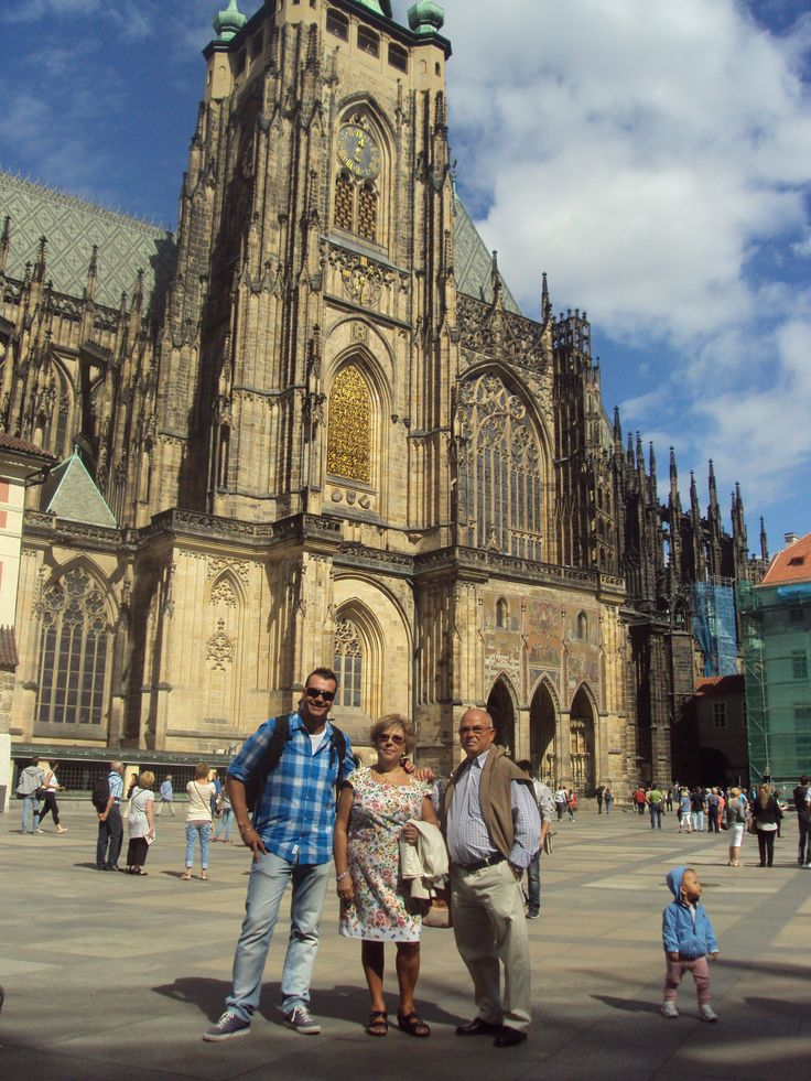 Con mis padres en el Castillo de Praga. Juan y Carmen han sido peluqueros casi toda su vida. Pero todo lo que empieza, acaba.  Y ahora no paran de viajar, de hacer actividades con sus nietos. Viven con una sonrisa y se toman la vida con un poco más de calma.