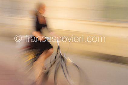 #woman #biclycle #moving Francesco Vieri ph.