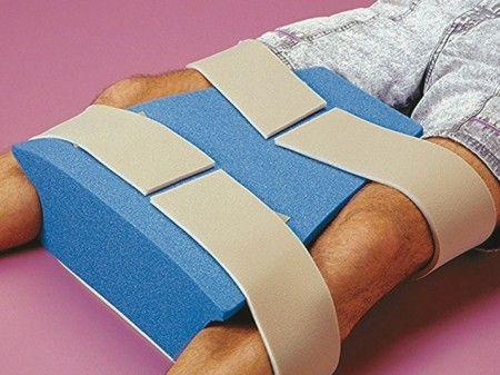 #Abductor de #espuma blanda para uso en #cama.#separa #piernas #Cojín en forma de trapecio, evita que las piernas se junten después de una operación de cadera. Mantiene la cadera en la posición adecuada para evitar lesiones. Permite alinear las piernas en posición horizontal y se sujeta  con bandas ajustables. Recomendado para: Después de una operación de reemplazo total de cadera. Luxación de cadera o simplemente para evitar que se junten las piernas. #ortopedia #ayudatecnicas #farmacia