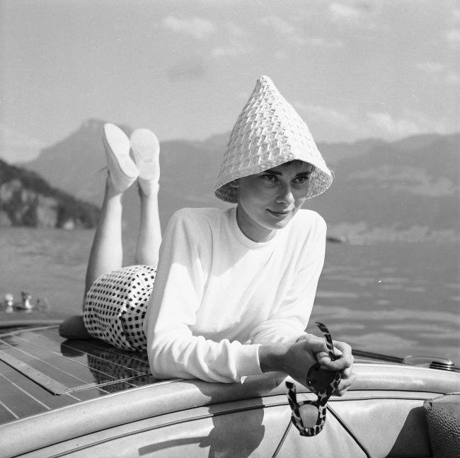 Одри на лодке на озере в Швейцарии. Фотограф: Ганс Гербер. Август 1954 г.