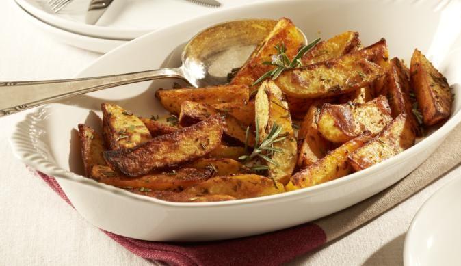 Die knusprigen Rosmarin-Kartoffelspalten sind im Handumdrehen zubereitet. Einfach Kartoffeln in Spalten schneiden und mit Knoblauch und Rosmarin würzen und ab in den Backofen!