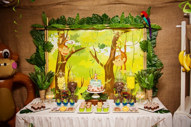 love the backdrop to this jungle animal party jungle