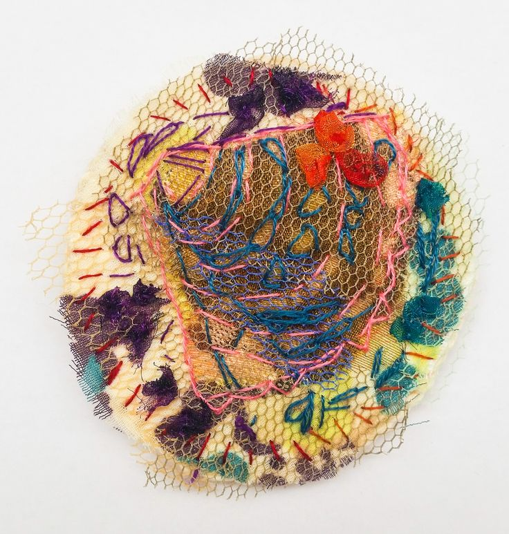Broche Schelp  - katoen, tule en borduurwerk Ø 6,5 cm #textile #recycled textile#embroidery stitch #textile art