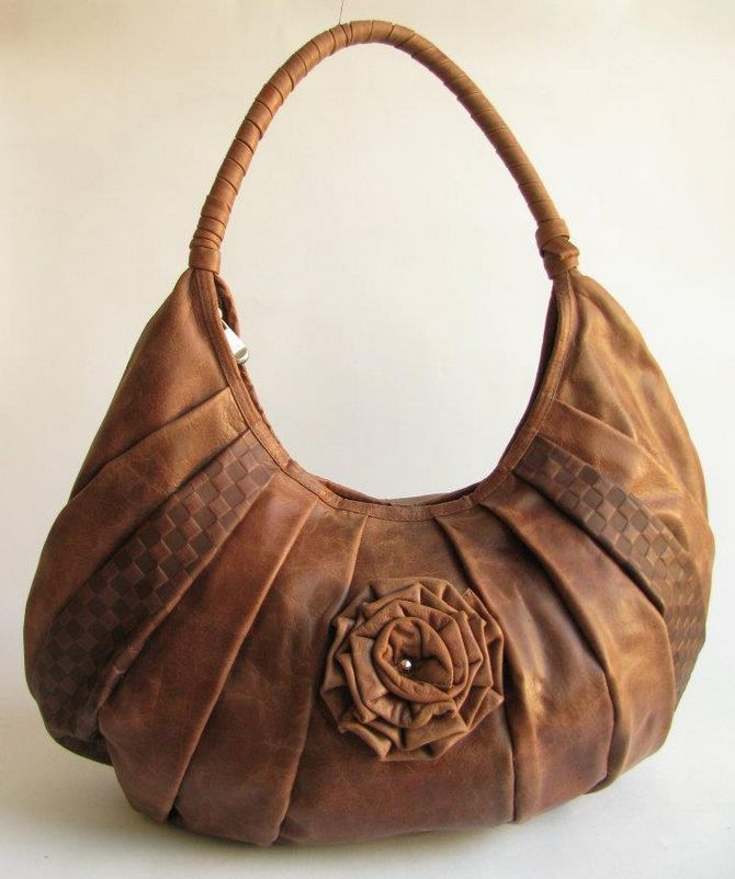 STYLE FLOWER CREASES. MATERIAL 100% LEATHER, TEXTILE LINING.