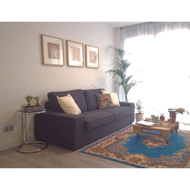 Tapetes rescatados y enmarcados, mesa con palet reciclado, alfombra restaurada, decenas de plantas...