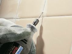Hier finden Sie eine ausführliche Schritt-für-Schritt Anleitung zur Erneuerung von Fugen.Das brauchen Sie:  Fugenkratzer oder Dremel-Multifunktionsgerät  Putzmittel für Fliesen  Handschuhe  Fugenmörtel  Schwamm  Schwammbrett  Zahnbürste  Sauberes, trockenes Tuch  Fugenversiegler  (Bei Bedarf) Applikationsflasche mit Dosierschwamm Schritt-für-Schritt-Anleitung 1. Alten Mörtel entfernen Achtung: Stellen Sie während der Arbeit die …