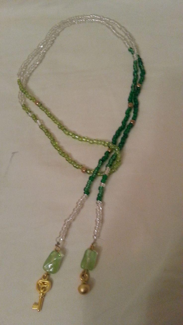 Yeşil tontarında cam boncuk ve metal işlemeli kolye.