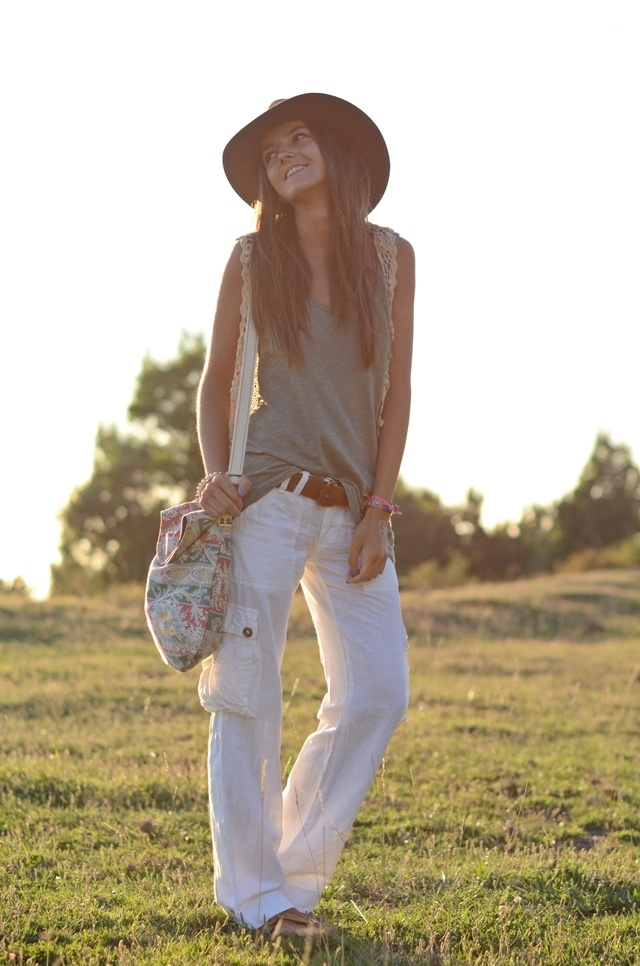 Love the white cargo pants but I don't know if I could ever trust myself with white pants...