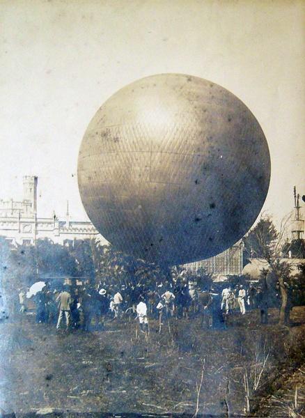 """Fotografía del Globo aerostático """"Pampero"""" en la Exposición del Centenario del Transporte. Buenos Aires, 1910/1911."""