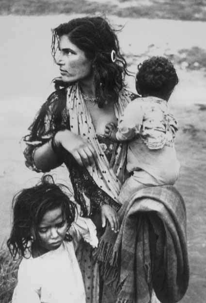 "The nomadic gypsy. Photo from the book by Otto Dettvaylera and Mateo Maximov. ""Tsiganes"". 1959."