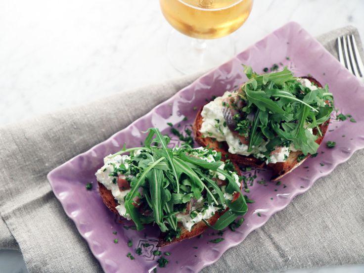 Sillmacka med basilika och kokt ägg | Recept från Köket.se