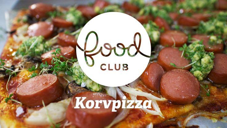 """Korvpizza med """"svensk pesto""""   Steg för steg   FoodClub  KORVPIZZA MED """"SVENSK"""" PESTO   RECEPT Ingredienser, 4 personer:  Pizza: 400 g GRILLKORV 400 g PIZZADEG 250 g PASSERADE TOMATER 250 g CHAMPINJONER 300 g OST 2 st GUL LÖK SALT OLJA  Pesto: 1 g DILL 1 msk SKÅNSK SENAP 40 g SKÅLLAD MANDEL 40 g PRÄSTOST 1 dl RAPSOLJA SALT  Pizza: 1. Värm ugnen till 250°C. 2. Kavla ut pizzadegen på ett bakplåtspapper. 3. Skiva lök och champinjoner och strö över pizzan. 4. Riv öv"""