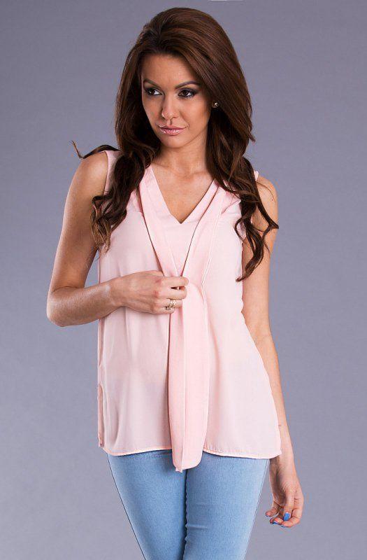 Top damski w kolorze pastelowego różu, z wiązaniem na przodzie. #bluzka #damska #róż #pastele #kobieta #moda #trendy