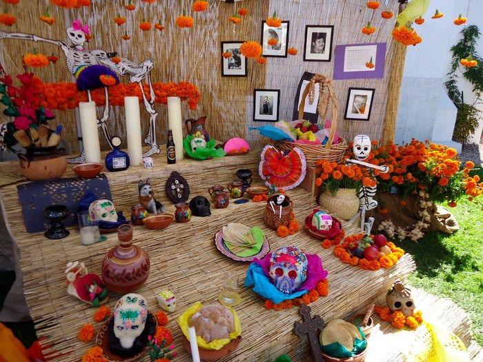 祭壇にはガイコツの砂糖菓子やブレッド、トルティーヤ、フルーツなどの食べ物のほか、キャンドルや食器など 様々なものが所狭しと置かれます。