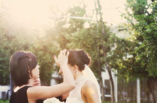 Chicas de blanco con bandas azules: La novia y sus amigas