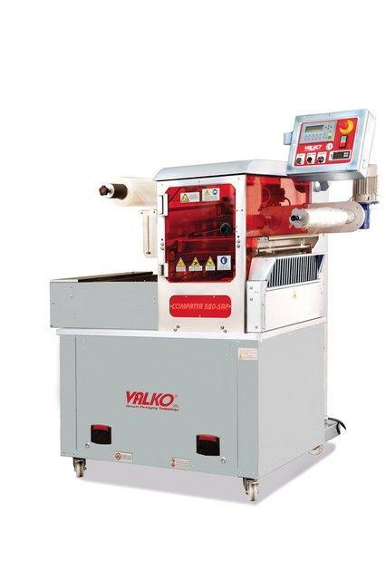 COMPATTA 520-SAP Termosigillatrice automatica, struttura in acciaio inox, stampi e piastra saldante in alluminio Peraluman, con STAMPO SINGOLA, DOPPIA oppure TRIPLA IMPRONTA (es. 1 x1/2 GN - 2 x 1/4 GN - 3 x 1/8 GN - 2x piatto 180x180mm), sistema cambio stampo rapido possibile, con pannello operatore con ricette per gestione programmi e diverse altezze vaschette, con controllo presenza vaschette sul piano di carico, (h. max. vaschetta 100mm, largh. max. bobina 520mm), grado di protezione…