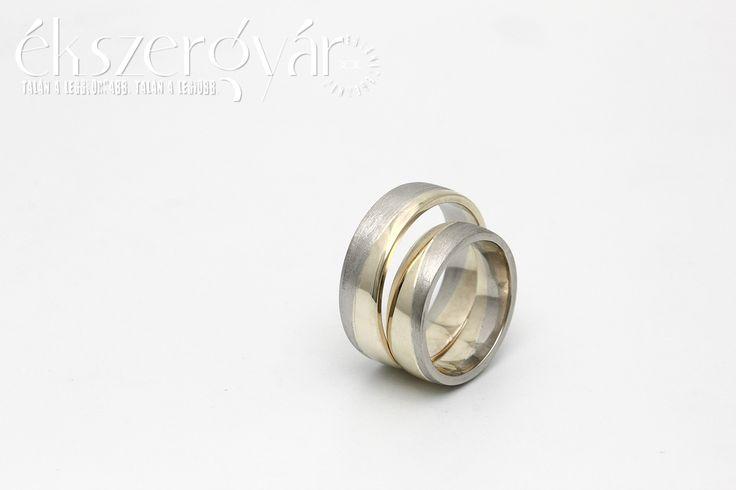 Márti és István sárga és fehér 14 karátos arany jegygyűrűi.