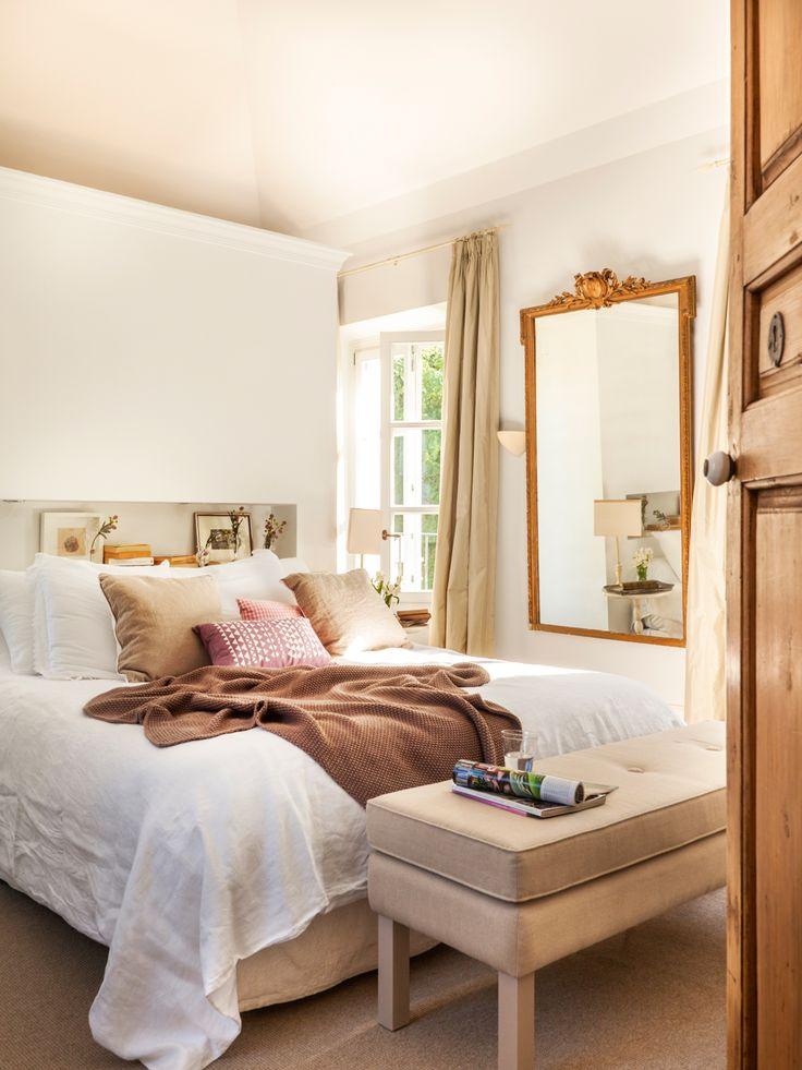 dormitorio con trasera de armario convertida en cabecero de obra espejo de madera decapada