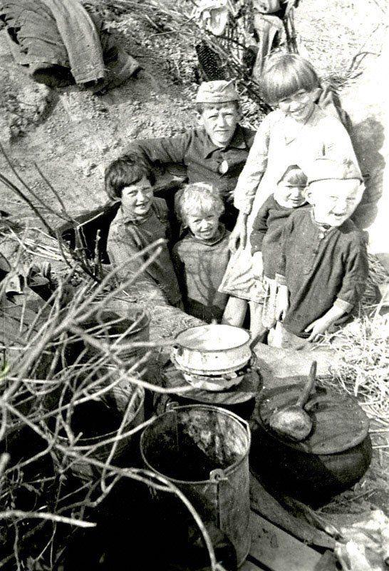Дети калининских колхозников у землянки, где они жили в оккупацию