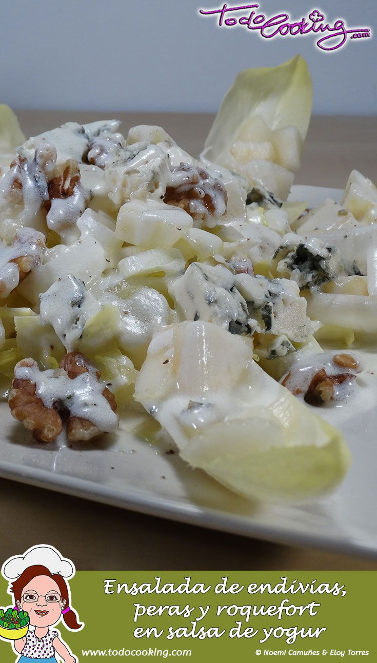 Endivias, queso roquefort, peras y nueces aderezados con una salsa de yogur. Una ensalada ligera y sabrosa. #receta #ensalada #endivias