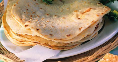 Man braucht nur wenige Zutaten, um Tortillas selbst herzustellen. Die Zubereitung ist einfach und geht relativ schnell.