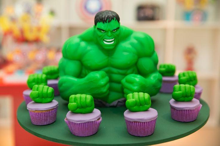 Decoração de mesa para o bolo e docinhos decorados para Hulk, em Os Vingadores - Miguel 03 anos