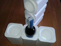 """Opakowanie na trzy butelki wina """"trójpak"""" Jest to idealne rozwiązanie do zabezpieczenia win butelkowanych w transporcie kurierskim. Specyfikacja opakowania: Wymiary zewnętrzne: 340 x 110 x 355 mm. Wymiary wewnętrzne: średnica otworu na butelkę: Ø 75 mm, wysokość 320 mm. Grubość ścianki: 20 mm Pojemność: - 3 x 1,4 litra => https://www.facebook.com/media/set/?set=a.1396335870430943.1073741850.420625448001995&type=3"""