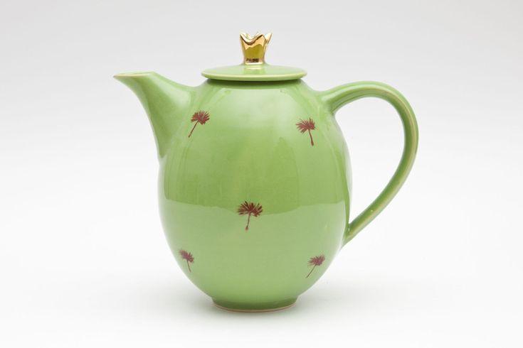 Krüge & Kannen - Teekanne in Ei-Form mit Goldkrone - ein Designerstück von MaGoKeramik bei DaWanda
