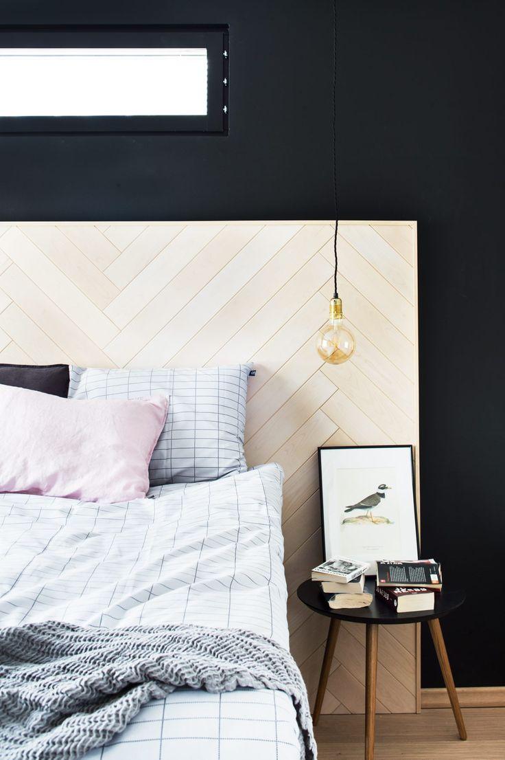 Näyttävä sängynpääty on tehty  sisustuspaneelista ja kehystetty puulistalla, Siparila.