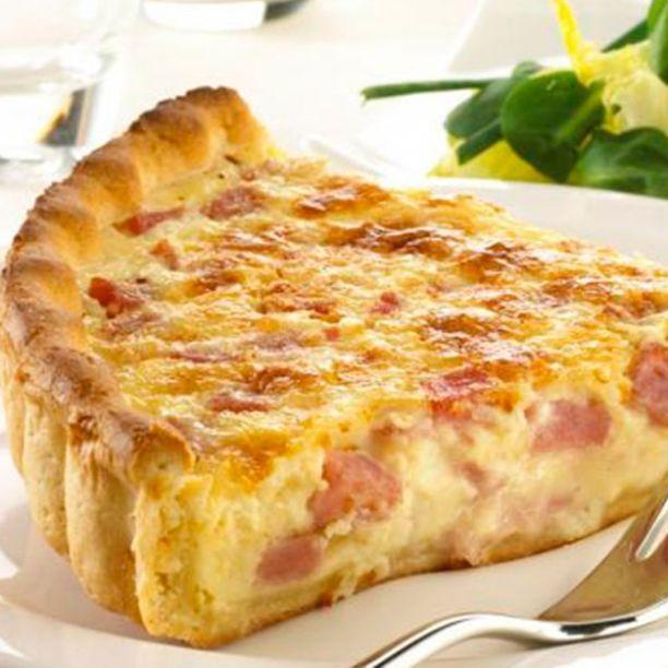 Quiche Lorraine 8 huevos 600 cl de leche 200 cl nata queso emental rallado y en lonchas bacon en trozos sal y pimienta una pizca de nuez moscada 1 cebolla en trozos
