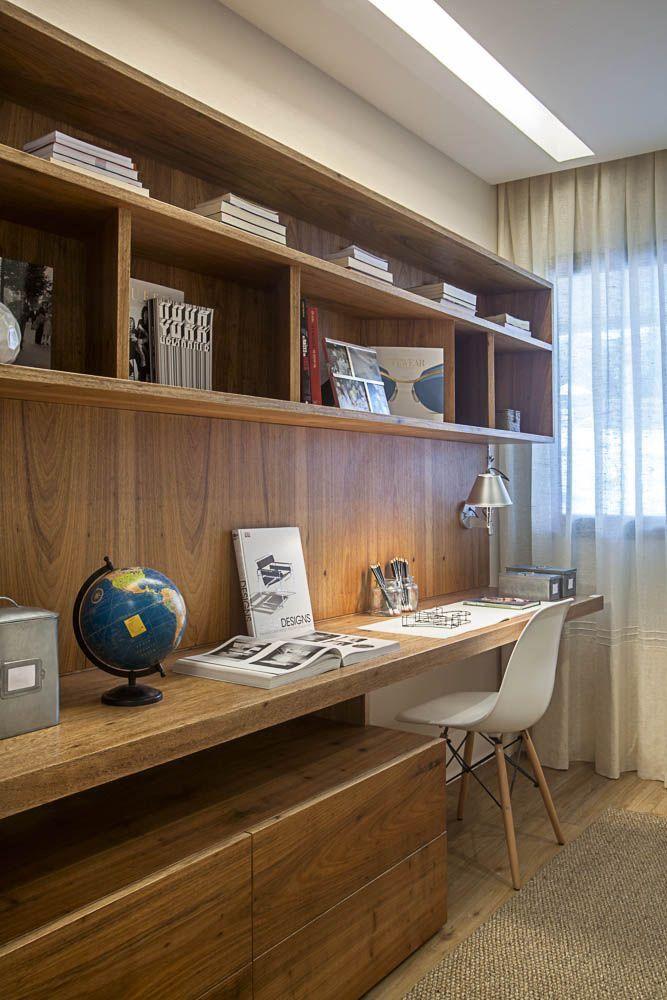 Home office com painel amadeirado.