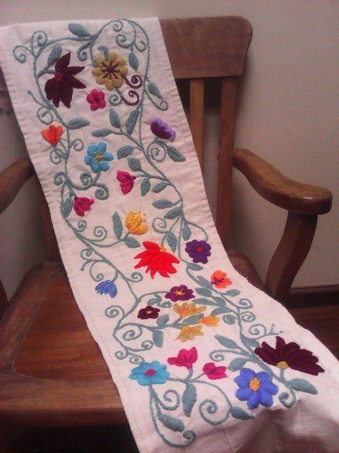 Camino de mesa bordado a mano