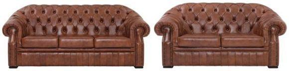 Diese Sitzgarnitur von VENDA besteht aus einem Zweisitzer und einem Dreisitzer. Dank ihrem echt bezogenen Rücken können beide Möbel frei im Raum aufgestellt werden. Variieren Sie Ihre Wohnzimmereinrichtung durch die unterschiedlichen Stellmöglichkeiten! Beide Sofas sind aus echtem Rindsleder gefertigt - Qualität, die man spüren kann. Das zeitlose Braun unterstreicht den edlen Look der Sitzgarnitur zusätzlich. Schwarze, eckige Füße runden das Gesamtdesign ab. Auch der Komf