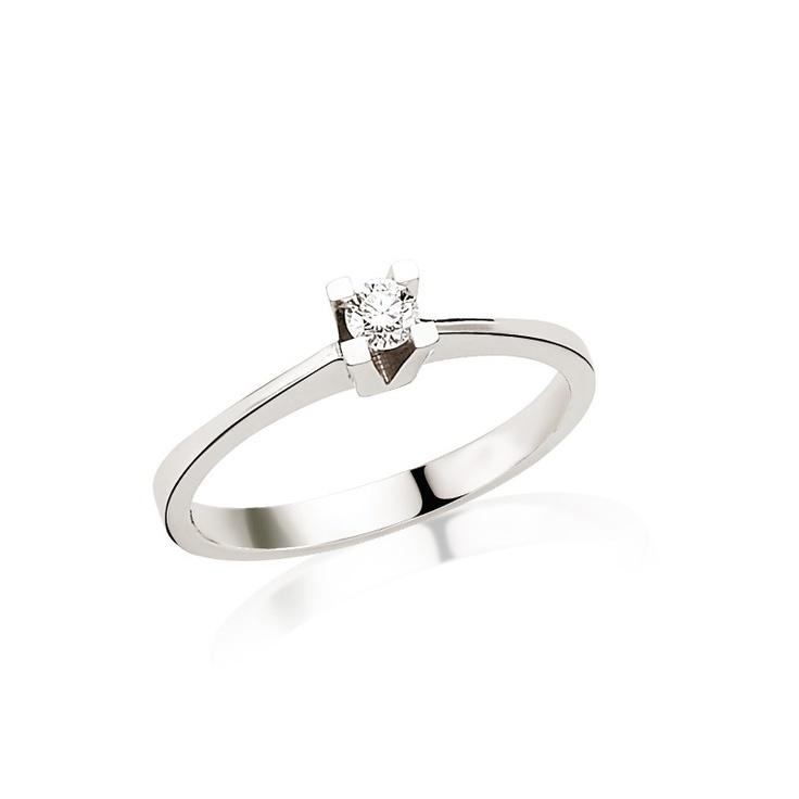 Inelul de logodna LRY227 are linii clasice si montura in V pentru a evidentia diamantul de 0.15 carate. Este ideal pentru a fi purtat alaturi de verigheta, dupa casatorie. 2248 lei pentru acest inel de logodna din aur alb de 18K si diamant. Mai multe detalii aici   http://www.bijuteriilarosa.ro/inel-logodna-lry227