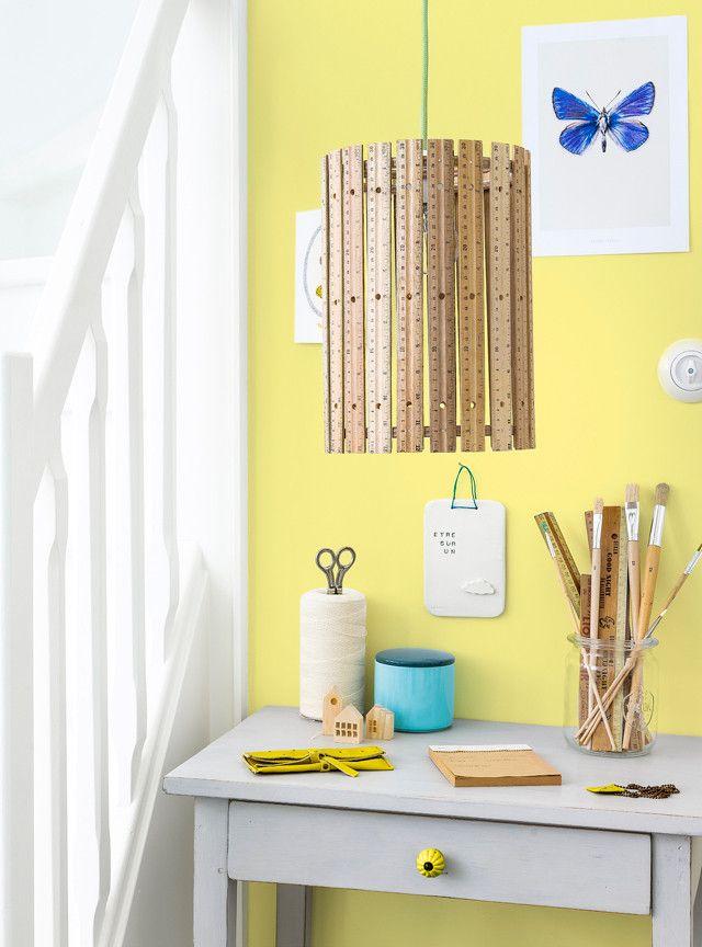 Een liniaal tover je eenvoudig om in een leuke eyecatcher. Maak er bijvoorbeeld deze unieke lamp mee! Leuk voor in de werkkamer, kinderkamer, woonkamer of hal.